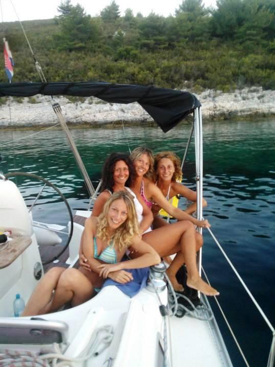 in barca con le amiche